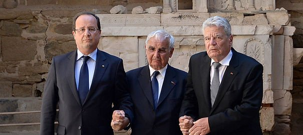 Oradour-sur-Glane : effroyable barbarie, rencontre historique entre 2 présidents dans Actualité les-presidents-francais-et-allemand-francois-hollande-g-et-joachim-gauck-d-encadres-par-un-rescape-c-le-septembre-2013-a-oradour-sur-glane-haute-vienne-1_4027929